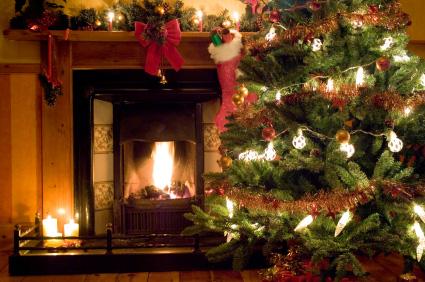 Dekoracje świąteczne - choinka i świąteczna skarpeta nad kominkiem